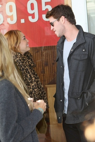 Miley - Shopping on Chapel 通り, ストリート in Melbourne - June 23, 2011