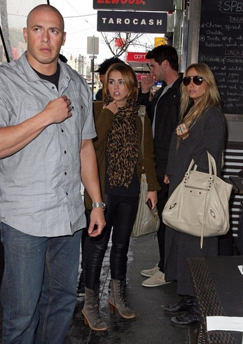 Miley - Shopping on Chapel улица, уличный in Melbourne - June 23, 2011