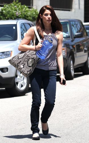 madami mga litrato of Ashley Greene out and about in Los Angeles