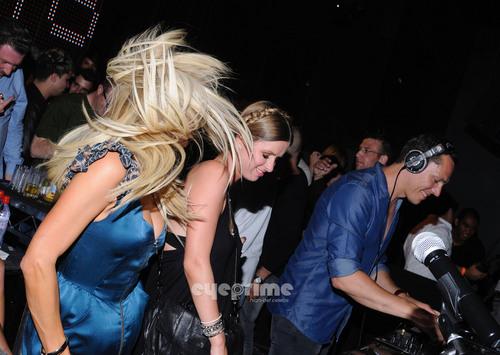Paris & Nicky Hilton: DJ Tiesto Pre Electric गुलबहार, डेज़ी Carnival in Hollywood, June 22