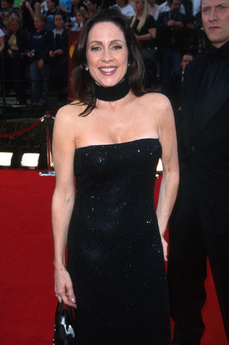 Patricia Heaton karatasi la kupamba ukuta possibly with a cocktail dress entitled Patricia Heaton