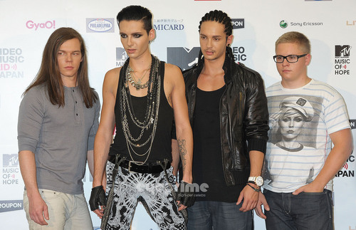 Tokio Hotel वॉलपेपर with a playsuit, नाटककार and long trousers called Tokio Hotel VMAJ