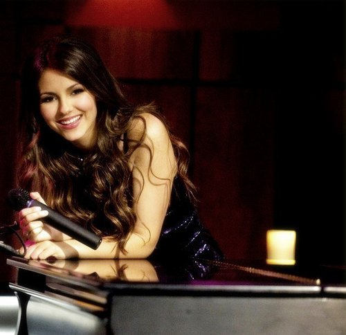 Victorious wallpaper with a pianist titled Victoria Justice (Tori Vega)