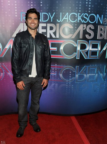 Tyler Hoechlin karatasi la kupamba ukuta containing a sign entitled At America's Best Dance Crew