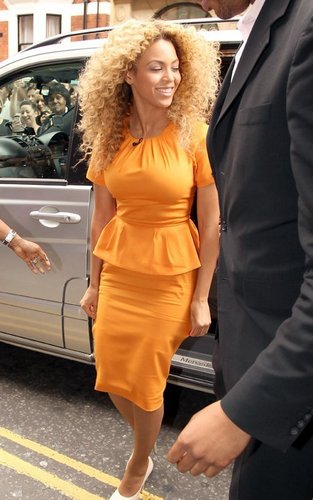 Бейонсе Knowles out shopping at Harrods in Лондон (June 27).