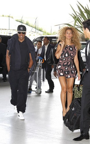Beyonce and جے Z at the Charles de Gaulle airport in Paris (June 29).