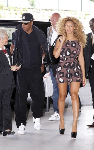 Beyonce wallpaper containing a business suit entitled Beyonce and Jay Z at the Charles de Gaulle airport in Paris (June 29).