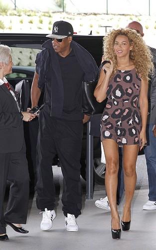 Beyoncé and chim giẻ cùi, jay Z at the Charles de Gaulle airport in Paris (June 29).