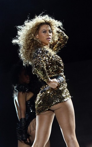 Beyonce پیپر وال titled Beyonce performing at the 2011 Glastonbury Festival (June 26).