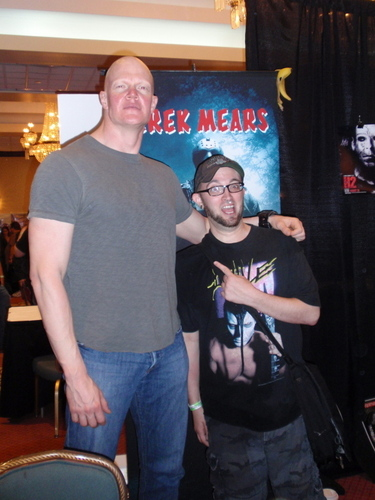 Derek Mears and 팬 at convention