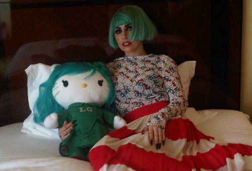 Gaga with a Hello Kitty doll 给 由 a 粉丝 in 日本