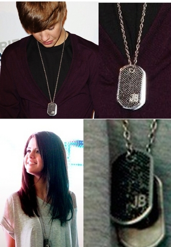 Justin gave Selena his necklace ...