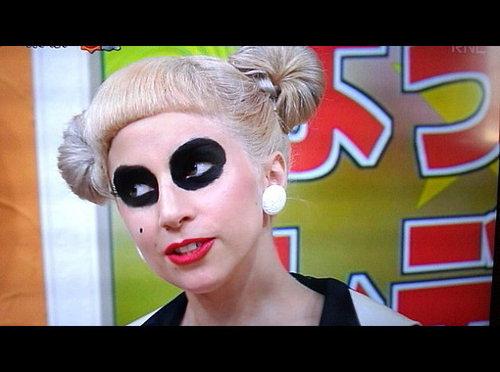 Lady Gaga Visits Japanese Talk 显示 'Sukkiri'