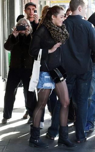 Miley Cyrus - Shopping in Sydney 27 06 2011