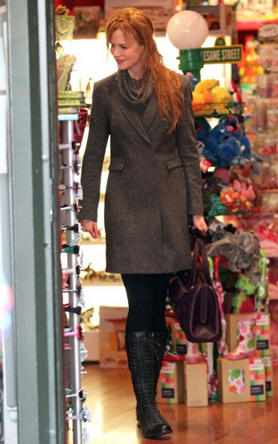 Nicole Kidman shopping with her sister in Sydney (June 29).