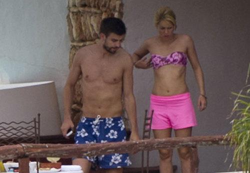 夏奇拉 e Piqué curtem férias em Ibiza