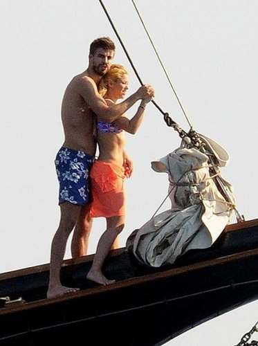 Shakira and Gerard Piqué wallpaper entitled Shakira y Piqué, pasión en Grecia