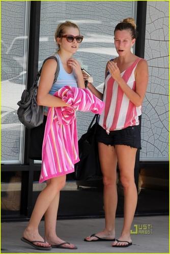 Teresa Palmer: Bikram Yoga with Girlfriends!