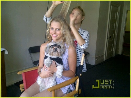 Teresa Palmer: Funny または Die with Luna!