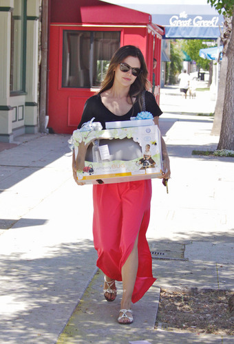 Rachel Bilson picks up baby gifts at Juvenile Shop in Studio City, July 1st.