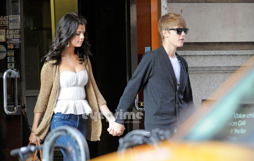 Justin and Selena holding hand after having 晚餐 in NY