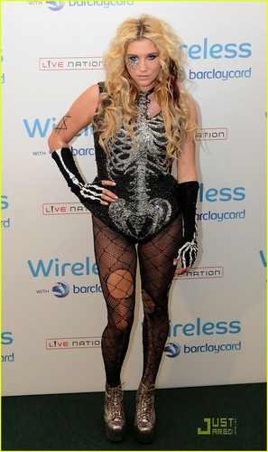 ke$ha Works the Wireless Festival