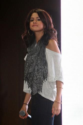 Selena - Monte Carlo Mall Tour @ cây nguyệt quế, laurel Park Place Mall - June 27, 2011