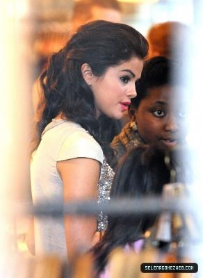 07-06-11: Selena Gomez Shopping at ALSAINTS in Luân Đôn