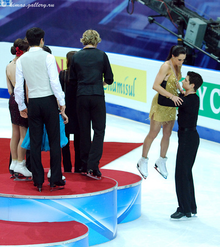 Tessa Virtue & Scott Moir wallpaper entitled After Medal Ceremony World Championship Moscow 2011