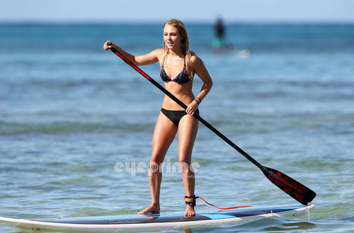 AnnaSophia Robb wallpaper with a shell, an oar, and a racing boat called AnnaSophia paddle surfing in Hawaii, Jul 4