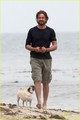 Gerard Butler Strolls the समुद्र तट with Lolita!