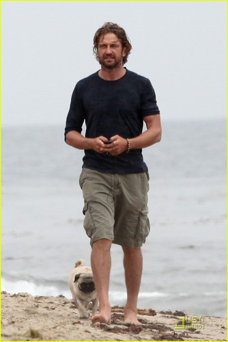 Gerard Butler Strolls the ビーチ with Lolita!
