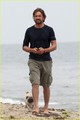 Gerard Butler Strolls the Beach with Lolita!