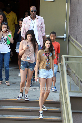 Kendall, Kylie & Khloe enjoy a 일 at Universal Studios in Hollywood, July 5