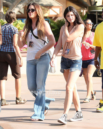 Kendall, Kylie & Khloe enjoy a दिन at Universal Studios in Hollywood, July 5