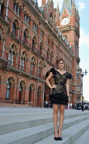 Emma Watson wolpeyper with a kalye and a brownstone titled London photocall & press conference