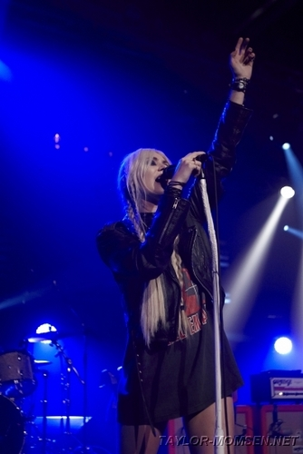 Taylor Momsen wallpaper containing a concert and a guitarist entitled Montreux Jazz Festival