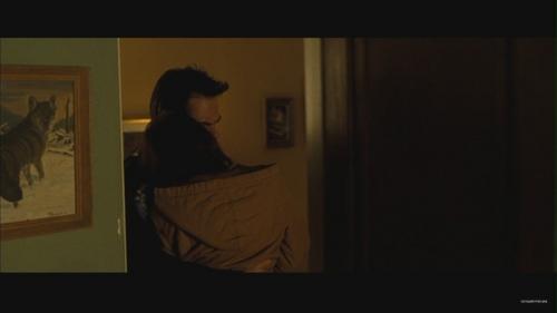 벨라 스완 바탕화면 containing a family room entitled New Moon Deleted Scene: Charlie Puts Bella in 침대 [HQ]