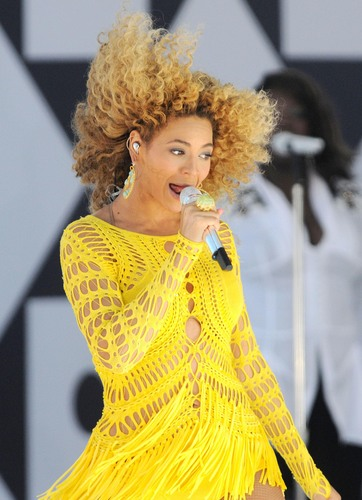 Performs On Good Morning America 01 07 2011