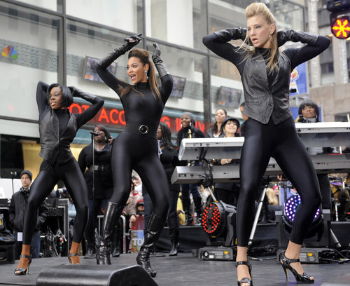 "Performs on NBC ""Today"" mostra in New York"