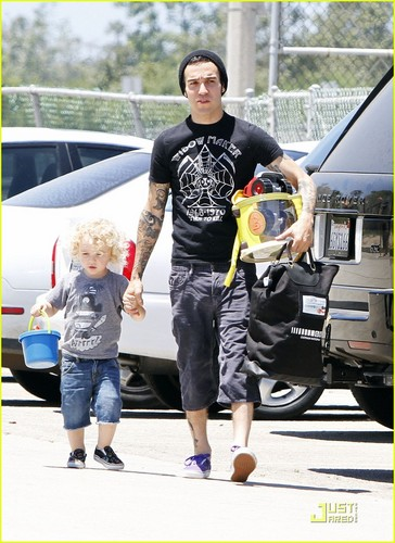 Pete Wentz: Shirtless at the strand with Bronx!