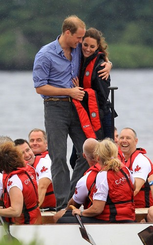 Prince William and Kate Middleton competing in a dragon 船, 小船 race (July 4).