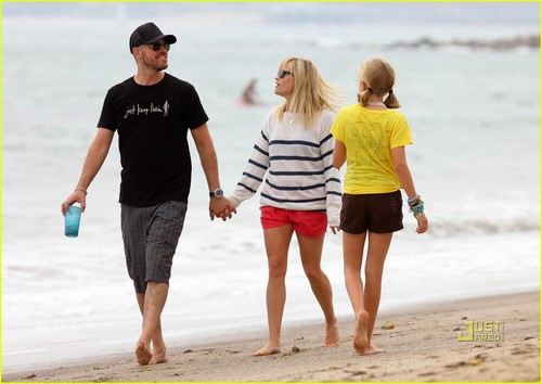 Reese Witherspoon & Jim Toth: 海滩 with Ava & Deacon
