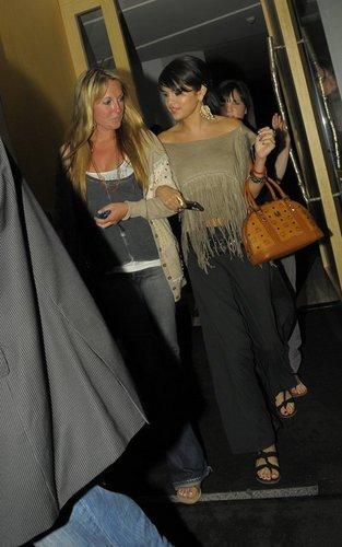 Selena Gomez out at Nobu in लंडन (July 5).