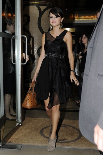 Selena - Leaving Hotel for HMV in ロンドン - July 05, 2011