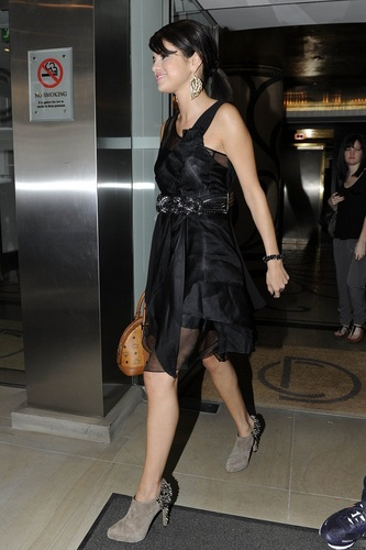 Selena - Leaving Hotel for HMV in Londres - July 05, 2011
