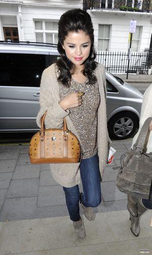 Selena - Leaving The স্প্যাঘেটি House In লন্ডন - July 06, 2011