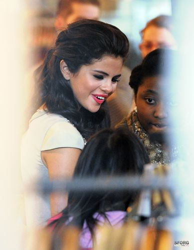 Selena - Shopping at 'Alsaints' in Лондон - July 06, 2011