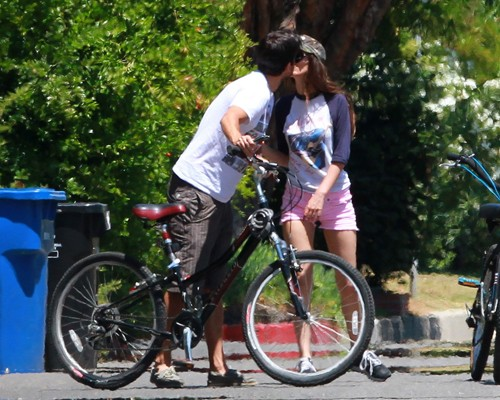 Victoria Justice wallpaper with a mountain bike titled Victoria Justice riding her bike with her boyfriend, actor Ryan Rottman (July 1).