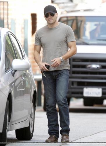 jake gyllenhaal Visiting A Medical Center In Los Angeles